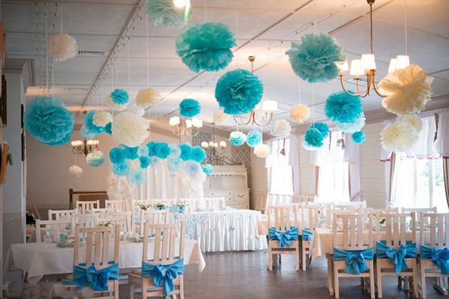 Легкие бумажные шары на свадьбе в бирюзовом