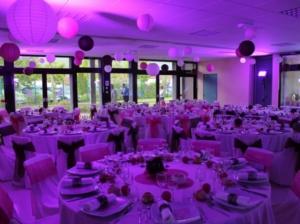 Банкетный зал в фиолетово-розовом цвете