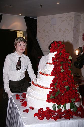 Огромный свадебный торт с красными розами