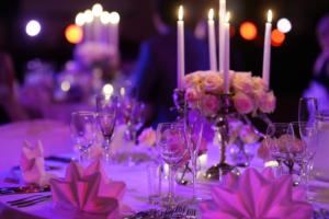 Оформление торжественного зала в сиренево - фиолетово - розовом цвете