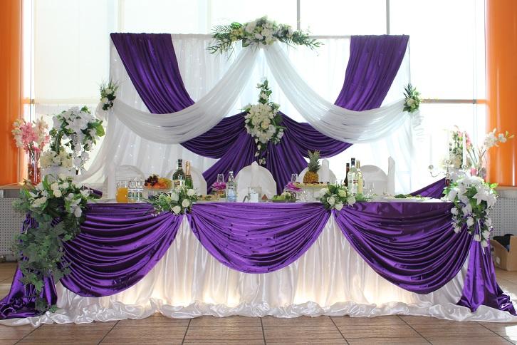 Свадьба фиолетового цвета оформление стола молодожен