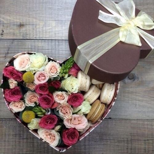 Коробка с цветами и макарунами в виде сердца